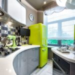 Желтый холодильник в углу кухни