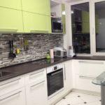Кухонный фартук из узкой керамической плитки