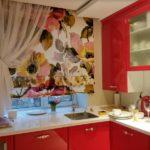 Красный гарнитур в небольшой кухне