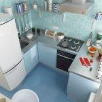 Голубая плитка на полу кухни