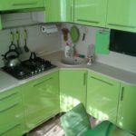 Зеленый гарнитур с мойкой в углу