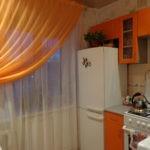 Оранжевая занавеска на окне кухни