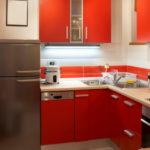 Керамический пол в кухне с красной мебелью