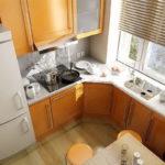 маленькая кухня с мойкой на месте подоконника