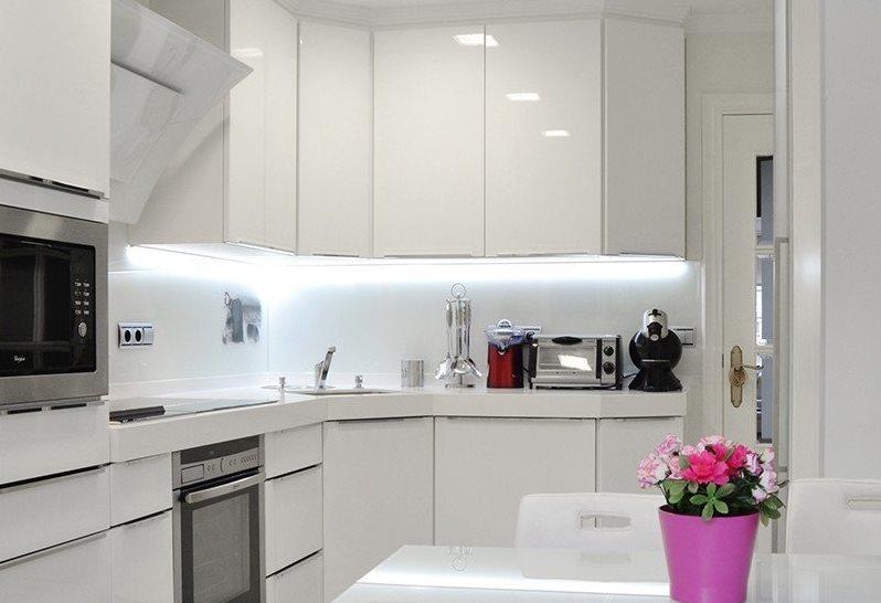 Белоснежная кухня в стиле хай-тек площадью 6 кв метров