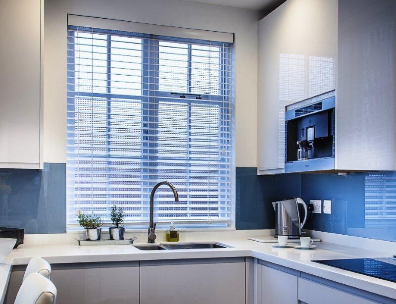Жалюзи на окне небольшой кухни в стиле хай-тек