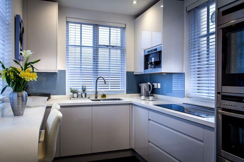 Компактная кухня в стиле хай-тек с двумя окнами