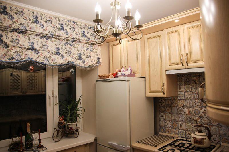 Штора с цветочками на окне маленькой кухни в стиле прованс