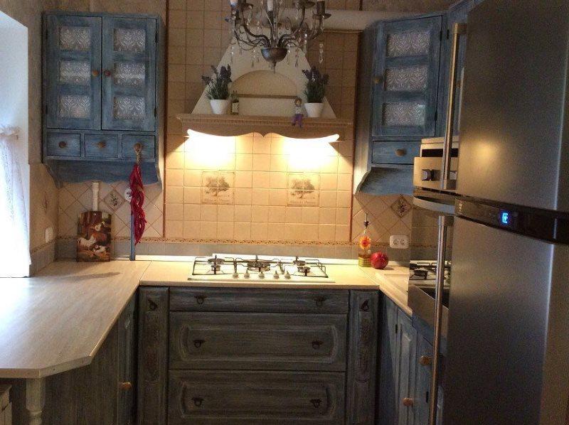 Подсветка варочной плиты в кухне деревенского стиля