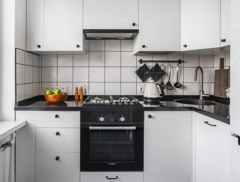Черная столешница белого гарнитура в скандинавском стиле