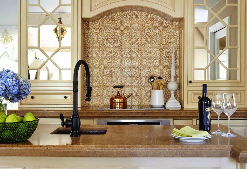 Отделка фартука английской кухни марокканской плиткой