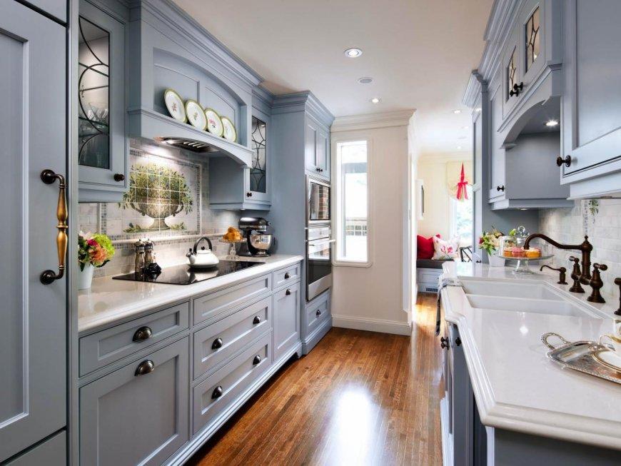 Узкая кухня с двухрядной планировкой в английском стиле