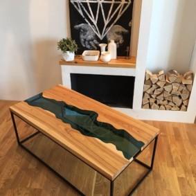 Деревянный стол на каркасе из профильной трубы