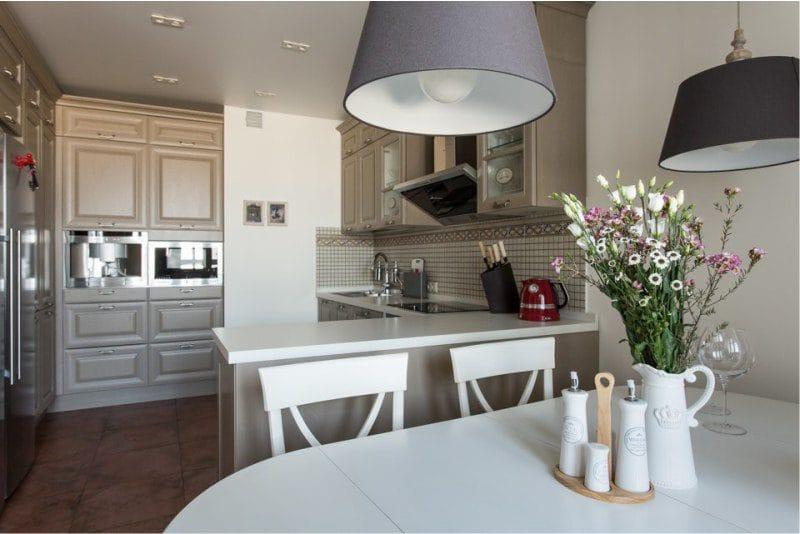 Букет полевых цветов в кухне-гостиной английского стиля