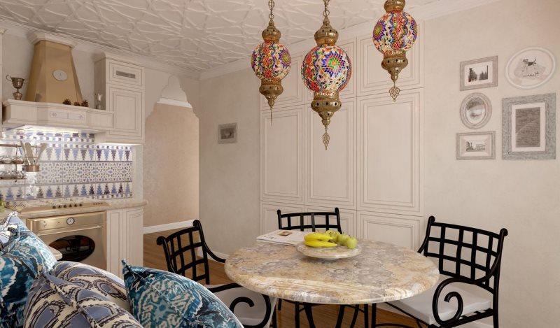 Светлая кухня с крашенными стенами в восточном стиле