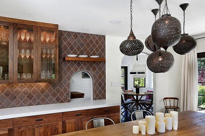 Темные светильники из металла на белом потолке кухни