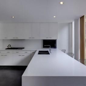 Белая поверхность кухонного острова
