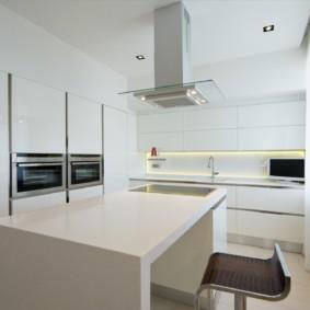 Островная вытяжка на потолке кухни