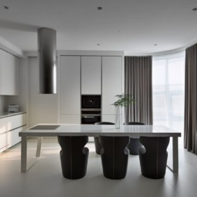 Серые шторы на кухне в современном стиле