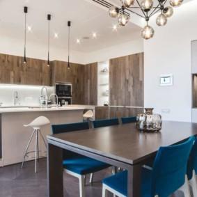 Синие стулья в обеденной зоне кухни