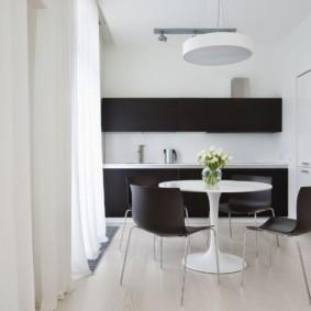 Черная мебель и белые занавески