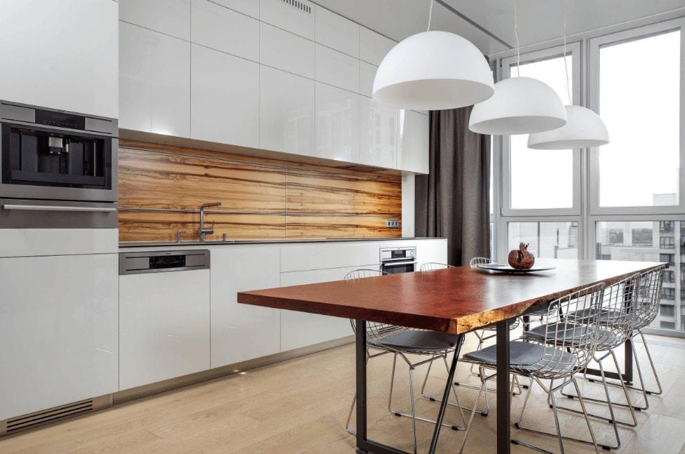 Деревянный фартук кухни с линейным гарнитуром