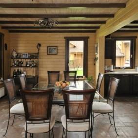 Деревянная отделка стен кухни в загородном доме
