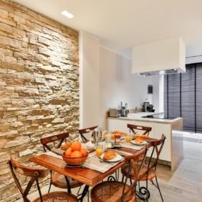 Природный камень на стене кухни в обеденной зоне
