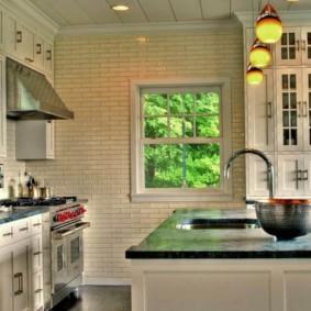Плитка кабанчик на стене кухни