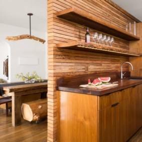 Перегородка из дерева в интерьере кухни