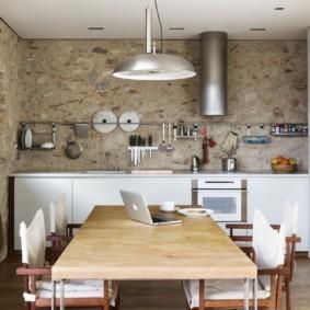 Оригинальный вариант дизайнерской отделки кухонных стен