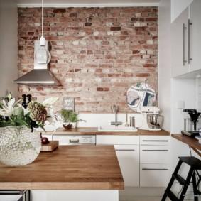 Старый кирпич в интерьере кухни