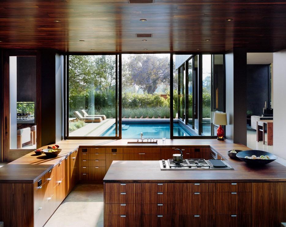 Коричневый потолок кухни с большим окном