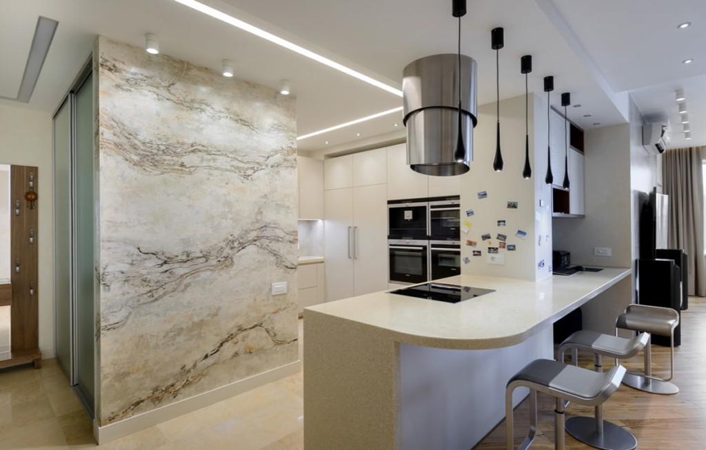 Мраморная стена в кухне с барной стойкой