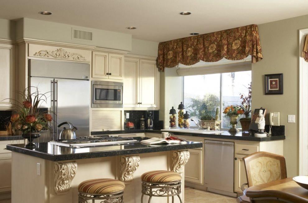 Мягкий ламбрекен на кухонном окне