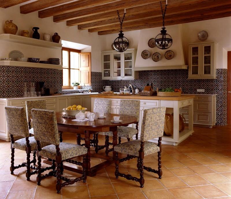 Керамическая плитка под камень на полу восточной кухни