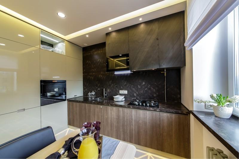 Дизайн небольшой кухни хай-тек с натяжным потолком