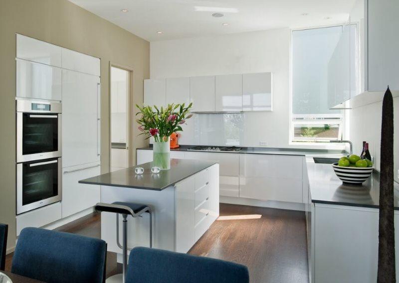 Рабочая зона кухни-гостиной площадью 16 кв м