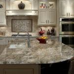 Кухонная мойка в столешнице из полированного камня