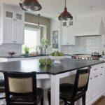 Черная столешница кухонного острова