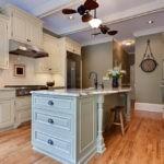 Кухонный остров на деревянном полу
