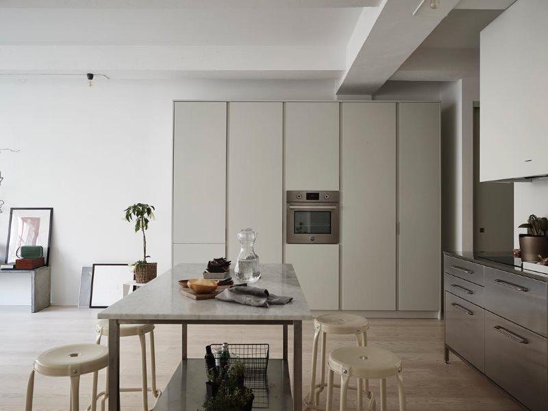 Обеденная группа с табуретками в кухне стиля минимализма