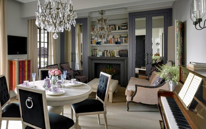Интерьер классической кухни-гостиной с мебелью из дерева