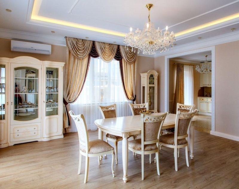 Оформление окна шторами с ламбрекеном в классической кухне-гостиной