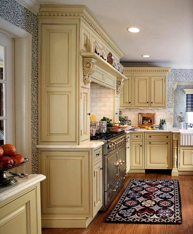 Бумажные обои на стен кухни с деревянной мебелью
