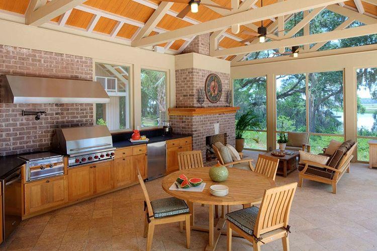 Круглый стол из дерева в летней кухне
