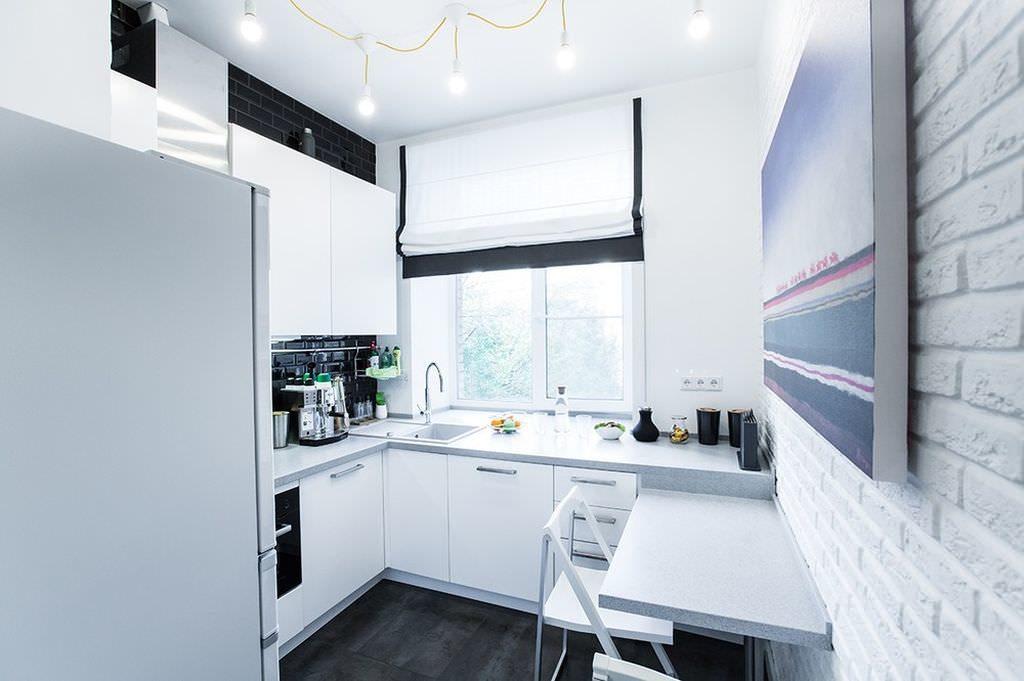 Яркое освещение белой кухни хрущевки