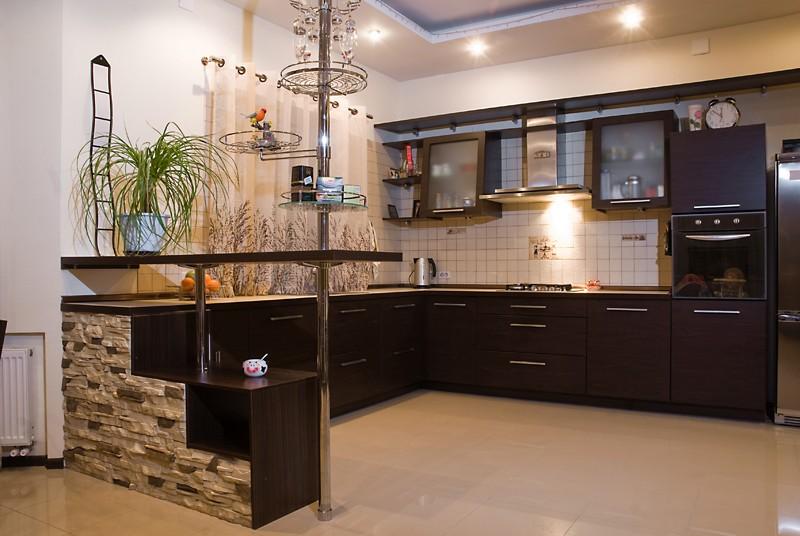 Потолочное освещение в кухне с шоколадной мебелью