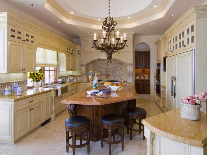 Кованая люстра в кухне классического стиля