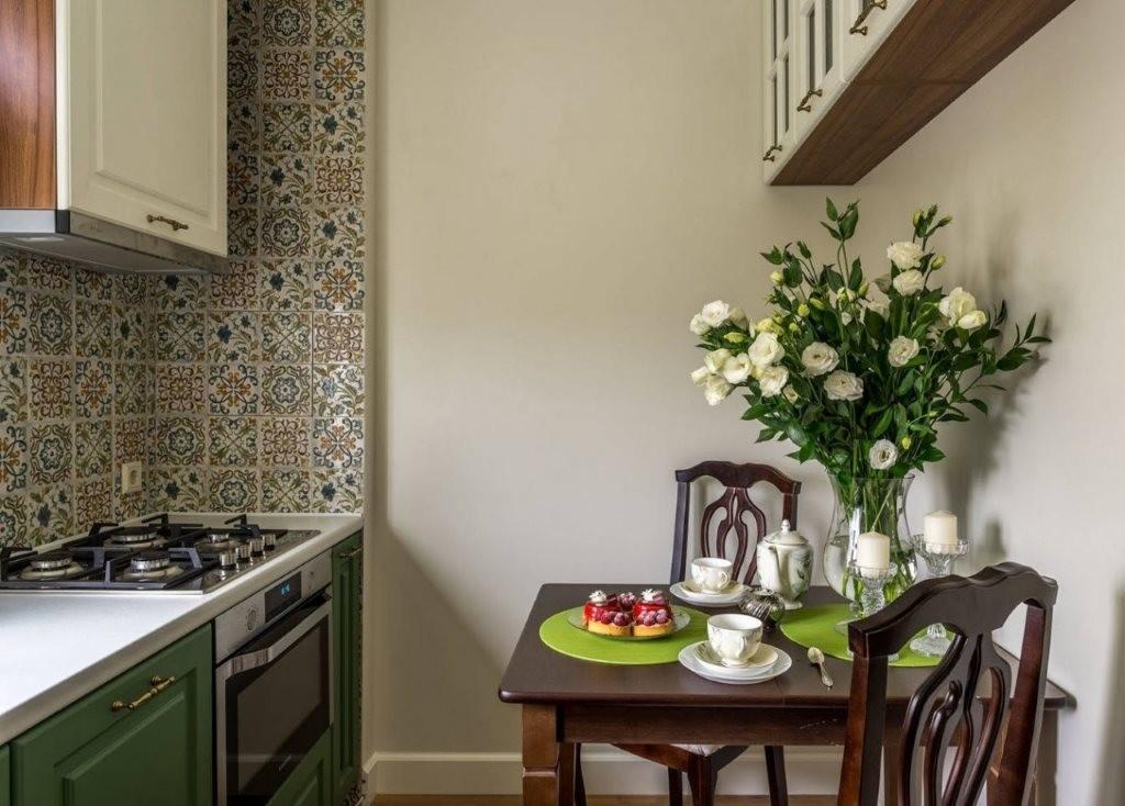 Однотонные стены кухни в городской квартире